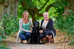 Søstre med hund