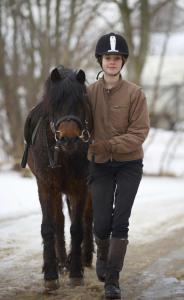 Pige med pony
