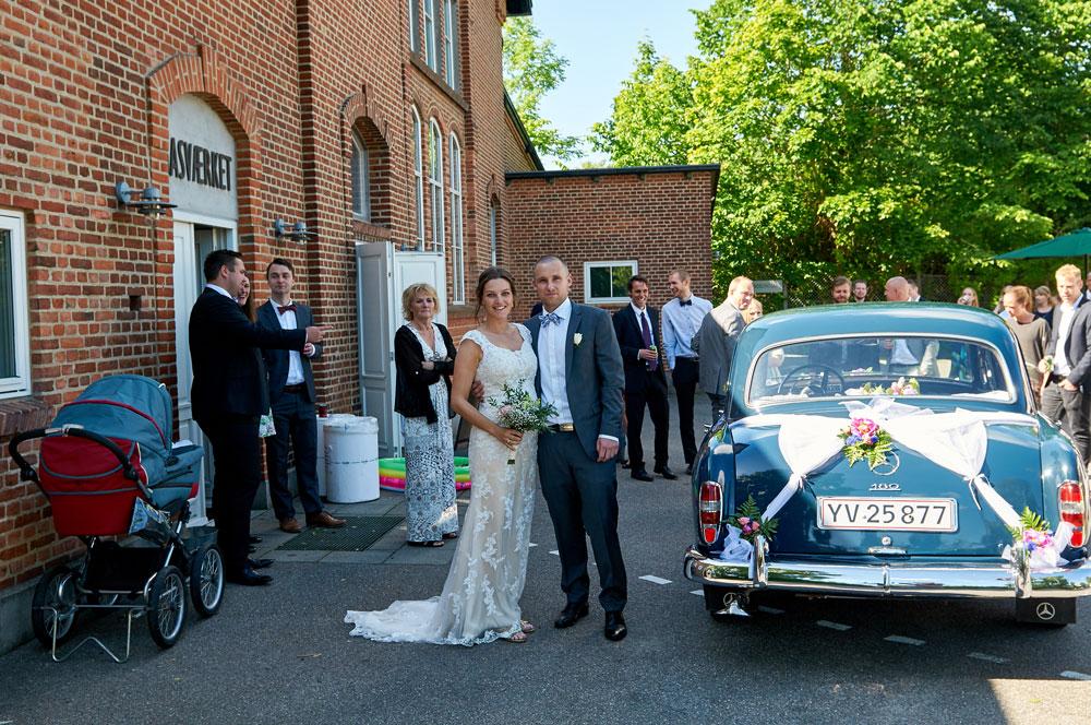 Brudeparret ankommer til festen