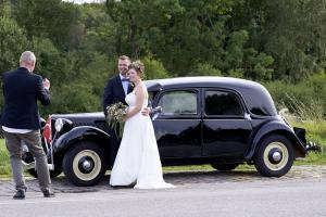 Brudepar og chauffør